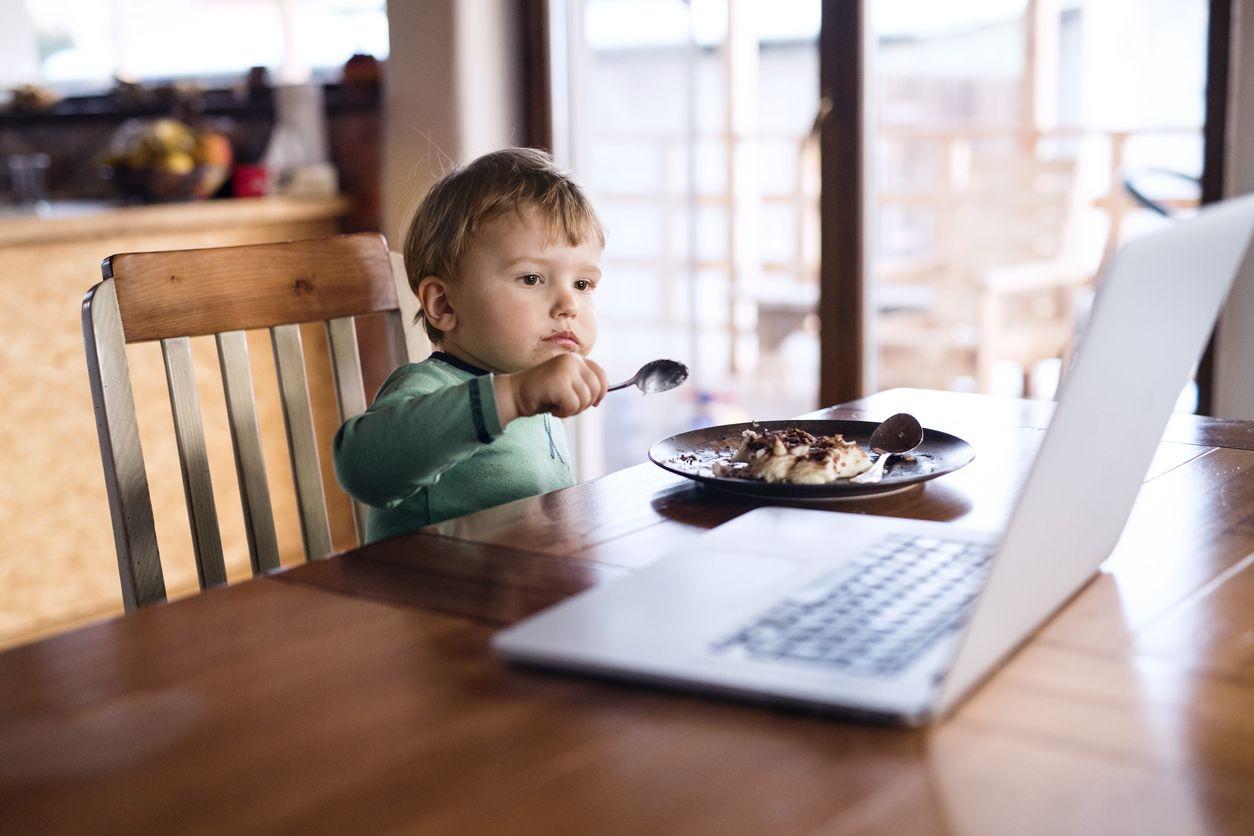Забравете за храненето пред екрана
